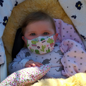 Baby mit Maske